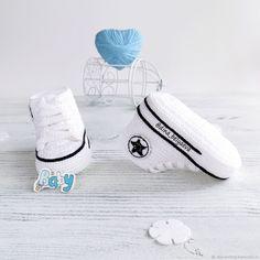Купить вязаные пинетки детские кеды конверс подарок на рождение белый в интернет магазине на Ярмарке Мастеров Crochet Baby Boots, Crochet Bebe, Booties Crochet, Baby Girl Crochet, Crochet For Boys, Crochet Shoes, Baby Boy Shoes, Baby Booties, Crochet Converse