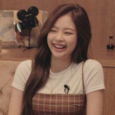 Blackpink and BTS. Kim Jennie, Yg Entertainment, South Korean Girls, Korean Girl Groups, Girls Generation, Blackpink Memes, Black Pink, Blackpink Photos, Chanel
