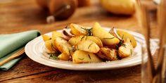 Aprenda como fazer batata rústica assada (ou frita) com alecrim, ervas finas, tomilho e sálvia. Sirva com molhos e bom apetite!