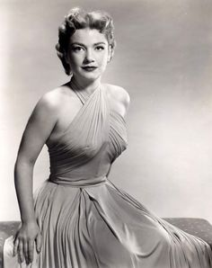 In MEMORY of ANNE BAXTER on her BIRTHDAY - American actress, star of Hollywood films, Broadway productions, and television series. She won an Academy Award and a Golden Globe, and was nominated for an Emmy. May 1923 - Dec 1985 (stroke) Golden Age Of Hollywood, Vintage Hollywood, Hollywood Glamour, Hollywood Stars, Hollywood Actresses, Classic Hollywood, Hollywood Icons, Hollywood Fashion, 1950s Fashion