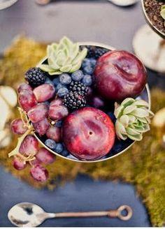 fruit centerpiece: grape, apple and succulents | Burgundy Wedding | Matrimonio color borgogna | Sweet September...http://theproposalwedding.blogspot.it/ #autumn #fall #autunno