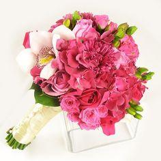 Buchet de mireasa/nasa doar la 123flori Nasa, Wedding Bouquets, Hot Pink, Hair Styles, Plants, Hair Plait Styles, Wedding Brooch Bouquets, Bridal Bouquets, Pink