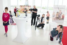 Vorbereitung zur Modenschau: Unser Kameramann steht auch schon in den Startlöchern.