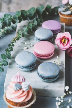 Pastel macarons, cupcakes and flowers on marble background. Wedding sweets, wedding cupcakes and macaroons. Macarons, Macaroons Flavors, Pastel Macaroons, Macaron Cake, French Macaroons, Coconut Macaroons, Macaron Cookies, Wedding Sweets, Wedding Cupcakes