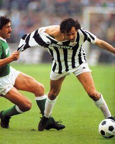 """Salvatore Vullo (Avellino, a sinistra), nella """"classica"""" marcatura a uomo su Michel Platini (Juventus, a destra), durante Juventus - Avellino, Stagione 1983-84!"""