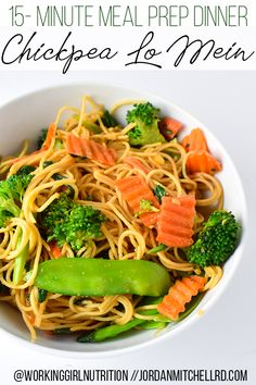 This 15-minute meal prep Banza Lo Mein costs just $1.50 to $1.88 per meal for 8-10 meals, which is an incredible bargain. The fiber and protein in the chickpea pasta, plus the fat from the oil in the sauce helps keep me full for hours. This meal prep is also filled with veggies and is completely meatless - perfect for my Meatless Monday people! High Protein Meal Prep, High Protein Recipes, Bulk Cooking, Cooking Recipes, Spaghetti Recipes, Pasta Recipes, 15 Minute Dinners, Lo Mein, Meal Prep Containers