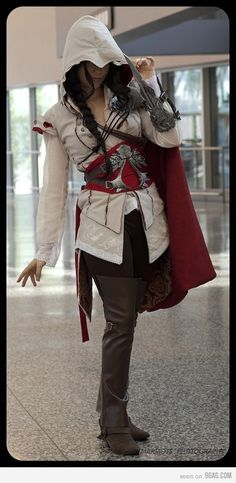 Everyone know Ezio was a guy. What this cosplay presupposes is, what if he wasn't?