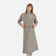 Shop the Amanda Skirt in Cream Wool Check at Mulberry.com. Debuted on the Winter' 17 catwalk, the Amanda Skirt is crafted from rich virgin wool featuring a check pattern deeply anchored in British heritage. This style is punctuated by one asymmetrical row of horn buttons, and can be worn in two distinctive ways thanks to its adjustable and detachable braces.