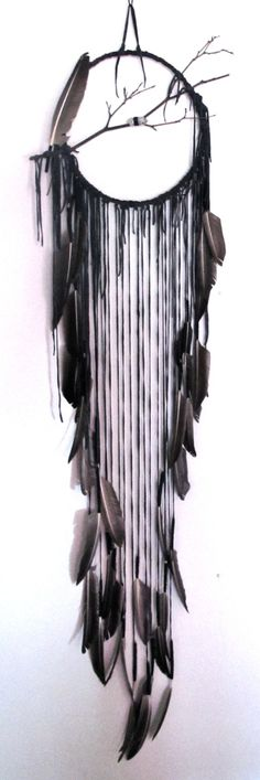 Lovely, black dream catcher made of leather and feathers - My DIY Tips Dreamcatchers, Dreamcatcher Feathers, Urban Deco, Mobiles, Diy And Crafts, Arts And Crafts, Creation Art, Deco Nature, Feather Crafts