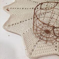 Tähtimatto Halkaisija: n. 130 cm Paino: n. 2,8 kg Kude: luonnonvalkoinen trikookude Virkkuukoukku: 8 mm kjs = ketjusilmuk... Crochet Home, Knit Crochet, Crochet Bikini, Diy And Crafts, Deco, Knitting, Crocheting, Crochet House, Crochet