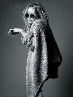 Olsen. Black & White. Robe Pull Oversize. Lunettes rondes. Cigarette.