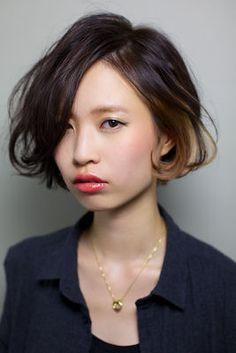 2016年春夏コレクションでもインナーカラーを取り入れることは大流行していますよね。 ハイトーンの髪にインナーカラーを入れるのもいいけど、日本人にはやっぱり黒髪。 黒髪に、金・青・緑・赤などのインナーカラーがおしゃれなヘアスタイルを、ショート&ボブ・ミディアム・ロングの長さ別にまとめました