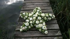 Gesteck   Blumen & Garten Funeral Flower Arrangements, Funeral Flowers, Floral Arrangements, Sympathy Flowers, Flower Food, Casket, Star Shape, Centerpieces, Wreaths