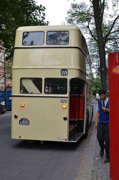 Historischer Bus vor dem DTM Berlin 2013