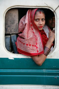 Woman on Bus 11 November Indian woman wearing a red sari looking out of a square bus window. Agra, Uttar Pradesh, India В червено. We Are The World, People Around The World, Agra, Namaste, World Press Photo, Red Sari, Bollywood, Steve Mccurry, Robert Doisneau