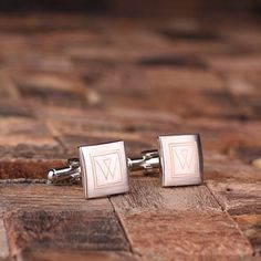 Classic Monogrammed Square Cuff Links – Unique cuff links, monogrammed and personalized in a wooden gift box. Perfect menswear style for the men in your groomsmen party || Groomsday