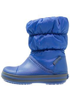 ¡Consigue este tipo de botas básicas de Crocs ahora! Haz clic para ver los detalles. Envíos gratis a toda España. Crocs Botas cerulean blue/light grey: Crocs Botas cerulean blue/light grey Zapatos     Material exterior: fibra sintética/tela, Material interior: tela, Suela: goma antirroce, Plantilla: tela   Zapatos ¡Haz tu pedido   y disfruta de gastos de enví-o gratuitos! (botas básicas, basic, basico, basica, básico, basicos, casual, clasica, clasicas, clásicas, clásica, básicos,...