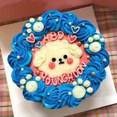 "Cafe Bambi 카페밤비 on Instagram: ""Happy younghoon day ♥️. . . 8월 주문케이크 예약 마감되었습니다 🙏🏻. . . ✔️케이크 주문제작  문의. 프로필 링크 👉🏻 채팅하기 ✨. (전화❌ 디엠❌) .…"" Cute Desserts, Birthday Cake, Food, Birthday Cakes, Essen, Meals, Yemek, Cake Birthday, Eten"