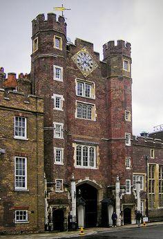 Tudor Era Gatehouse of St. James Palace, London, one of London's oldest palaces built by Henry VIII between 1531 and St James's Palace, Palace London, Tudor History, British History, Asian History, London City, London Pubs, Dinastia Tudor, Mary Tudor