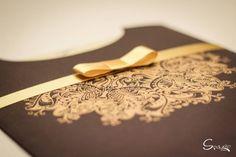 Convite de casamento Marrom com dourado, em serigrafia com fita dourada, a spazio convites oferece lindo modelos. http://spazioconvites.com.br/quando-entregar-os-convites-de-casamento/