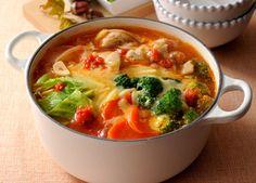 レシピ説明:マギー ブイヨンとホールトマトで作る簡単トマト鍋。仕上げのチーズがとろ~り溶けて、コクとうま味がたっぷりの絶品鍋です。
