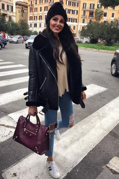 How to style a leather jacket : hat bag sweater jeans sneake Uni Outfits, Casual Winter Outfits, Winter Fashion Outfits, Trendy Outfits, Fall Outfits, Autumn Fashion, Classy Outfits, Jeans And Sneakers Outfit, Leather Jacket Outfits