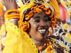 """POURQUOI LE SENEGAL, PAYS DE LA TÉRANGA ? En wolof, la """"téranga"""" signifie """"l'hospitalité"""". Le Sénégal a été surnommé de la sorte dans la mesure où les Sénégalais font preuve au quotidien d'une très grande hospitalité, non seulement entre eux mais aussi envers les touristes. Ils ont su préserver l'art d'accueillir et le démontrent à chaque instant."""