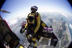 Für den Jetpack-Flug muss man erst vom Flugzeug springen