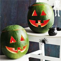 Watermelon Jack-O-Lantern Recipe : Directions Using a felt-tipped pen, draw an outline on the watermelon for eyes and a mouth. Cut a lid from the top. (triangle shapes for the eyes a. Halloween Countdown, Halloween Town, Holidays Halloween, Happy Halloween, Halloween Rules, Healthy Halloween, Halloween Treats, Jack O