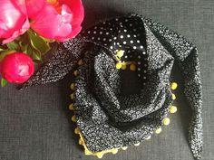 Les 2 triangles - DIY et portrait : le foulard réversible de Zak A Dit Couture Accessories, Sewing Accessories, Sewing Clothes, Diy Clothes, Kreative Portraits, Creation Couture, Couture Sewing, Bandanas, Beautiful Crochet