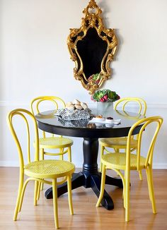 idee-decoration-salle-manger-table-nir-chaise-jaune