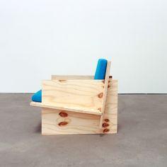 Een stoel en bank van multiplex