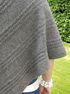 Ravelry: elizdalhousie's simple shawl for chilly days Knitted Shawls, Crochet Shawls And Wraps, Knitted Poncho, Crochet Scarves, Knit Wrap, How To Purl Knit, Knitting Needles, Knitting Yarn, Knit Or Crochet