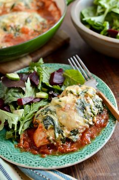 Syn Free Ricotta Spinach Topped Chicken is the ultimate family meal. Tender Chicken breasts over a rich tomato sauce topped with garlicky ricotta and spinach. Remember the Ricotta and Spinach Stuffed Pasta recipe I Spinach Dinner Recipes, Ricotta Cheese Recipes, Spinach Ricotta, Lo Calorie Recipes, No Calorie Foods, Gumbo, Ricotta Stuffed Chicken, Stuffed Pasta, Paella