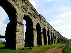 Acuedotto Appio - Il primo acquedotto di Roma fu costruito nel 312 a.C. dal censore Appio Claudio Cieco; aveva una portata di 876 litri al secondo. Le arcate sono in blocchi di tufo, ma parte del percorso (circa 16 Km) era sotterraneo - Fu Appio Claudio che fece costruire la prima via consolare, l'Appia, che congiungeva Roma a Brindisi