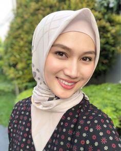 Girls, siapa yang punya angle muka kanan kiri berbeda?🙋🏼♀️🙋🏼♀️ me too!! Favorite kalian yang mana? #EidMubarak Muslim Beauty, My Beauty, Hijab Fashion, Make Up, Womens Fashion, Beautiful, Instagram, Pictures, Makeup