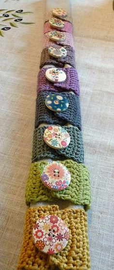 Idea: bracelets made of fabric or leather and wooden button. Handmade napkin rings with vintage wooden buttons Crochet Kitchen, Crochet Home, Love Crochet, Crochet Gifts, Knit Crochet, Knitting Projects, Crochet Projects, Knitting Patterns, Crochet Patterns