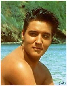 """Elvis """"Blue Hawaii"""" shared by Angela Pond on We Heart It Priscilla Presley, Lisa Marie Presley, King Elvis Presley, Elvis Presley Photos, Rare Elvis Photos, Graceland Elvis, Rare Photos, Mississippi, Rock And Roll"""
