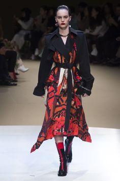 The complete Alexander McQueen Fall 2018 Ready-to-Wear fashion show now on Vogue Runway. The complete Alexander McQueen Fall 2018 Ready-to-Wear fashion show now on Vogue Runway. Fashion 2018, Fashion Week, Runway Fashion, High Fashion, Fashion Outfits, Fashion Trends, Alexander Mcqueen Couture, Fashion Seasons, Fashion Show Collection