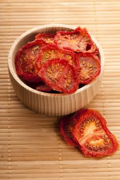 Good information for dehydrating food. Want a dehydrator! Canning Food Preservation, A Food, Good Food, Canned Food Storage, Long Term Food Storage, Clean Eating, Healthy Eating, Dehydrator Recipes, Dehydrated Food