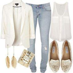 Jeans, blazer crema y blusa blanca con zapatillas doradas