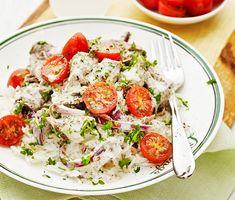 Här är en krämig och välsmakande renskavsgryta med smak av persilja och saftiga körsbärstomater. Det krämiga står grädden för som med lök, vitlök, timjan och en klick dijonsenap sätter smak på renskavsgrytan. Hackad persilja förhöjer smaken ytterligare innan det är dags att servera med nykokt ris.