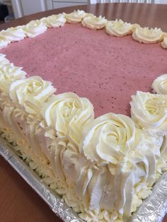 Kesän juhliin on yksi takuuvarma suosikkileivonnainen meidän juhlissamme - gluteeniton ja laktoositon mansikkamoussekakku, joka tehd...