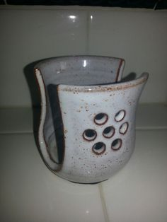 I like the cut out sides Ceramic Mugs, Ceramic Bowls, Ceramic Pottery, Pottery Art, Soap Holder, Utensil Holder, Pottery Designs, Pottery Ideas, Pottery Handbuilding