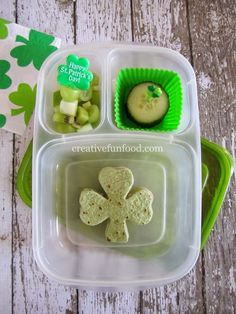Quick and easy St. Patrick's Day ideas for school lunch. Healthy Diet Snacks, Healthy School Lunches, Fruit Snacks, Yummy Snacks, Healthy Eating, Easy Lunch Boxes, Box Lunches, Back To School Lunch Ideas, St Patricks Day Food