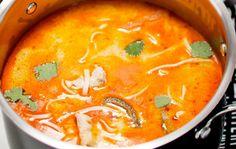 Thaimaalainen kanakeitto 1. Paloittele broilerifileet. Kaada kattilaan 1/2 dl kookosmaitoa. Sekoita joukkoon currytahna ja kiehauta seos. Lisää broileripalat ja kääntele hetki. 2. Kuori porkkanat ja leikkaa ohuiksi tikuiksi. Halkaise paprika. Poista siemenet ja kanta. Leikkaa ohuiksi viipaleiksi. 3. Kaada kattilaan kanaliemi. Lisää kalakastike ja kasvikset. Anna keiton kiehua muutama minuutti. Lisää nuudelit ja keitä hetken, …