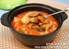 대박식당처럼 끝내주는 김치찌개 끓이는 법 *^^* Korean Dishes, Korean Food, K Food, Food Porn, Summer Corn Chowder, Home Meals, Asian Recipes, Ethnic Recipes, Recipes From Heaven