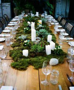dekoideen frühling moos weiße kerzen auf tisch aus holz