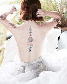 """""""Nenhuma outra tatuagem pode me representar tão bem quanto essa. Paixão de infância por planetas, universo e seus astros. """""""