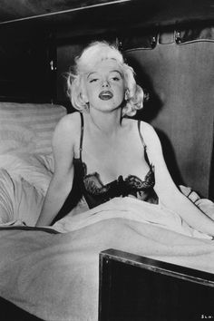 There is no actress quite as iconic as Marilyn Monroe. Born Norma Jeane Mortenson, Marilyn was the epitome of beauty and a legend in her own time. Marilyn Monroe Death, Marilyn Monroe Fotos, Marilyn Monroe Poster, Tony Curtis, Joe Dimaggio, Lauren Bacall, Gq, Divas, White Fur Coat